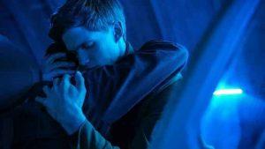 影評《浴火鳥 firebird》評價:在創意上的不足,在氛圍上得到了彌補,被剝奪的威脅在每個場景中都揮之不去 07